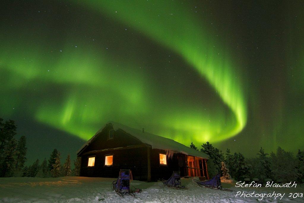 Nordlichter über Hütte