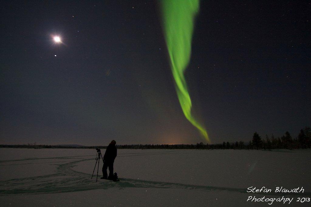 Ein Fotograf beim Aufnehmen von Nordlichtern