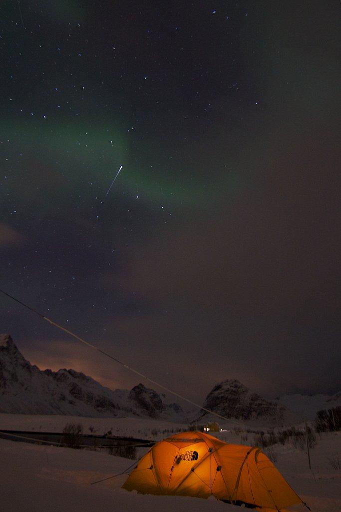 Nordlichter und Sternschnuppe